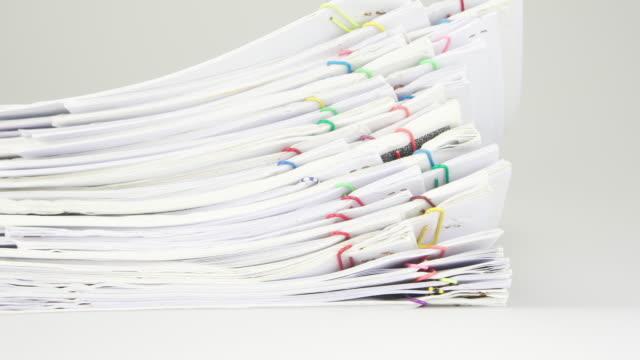 Ordenar-pila-de-papeles-del-informe-y-los-anexos-lapso-de-tiempo