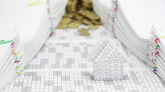 Casa-con-exceso-de-monedas-de-oro-entre-documento-tiempo-lapso
