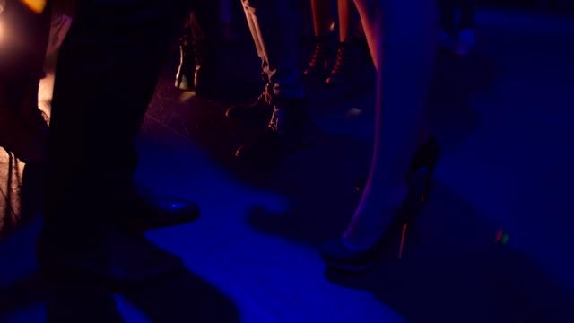 Toma-de-personas-no-reconocibles-con-faldones-y-zapatos-de-tacones-de-baile