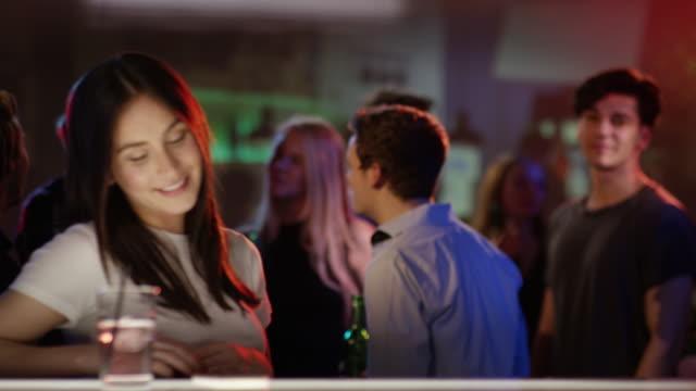 Joven-mujer-hace-el-check-out-en-el-bar