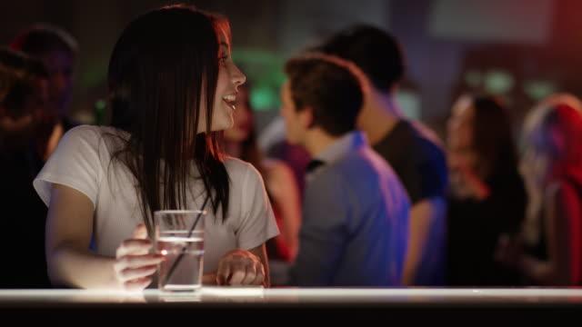Dos-chicas-Reúnase-en-el-bar
