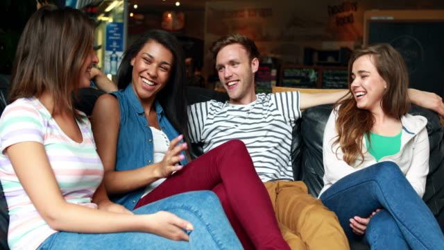 Amigos-sonriendo-y-hablando-de-estar