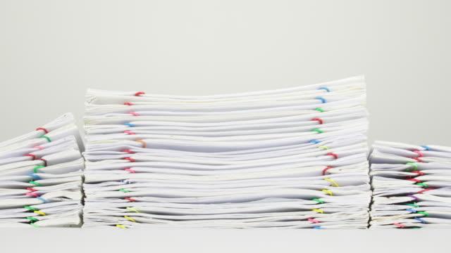 Trámites-de-sobrecarga-de-pila-del-informe-en-el-lapso-de-tiempo-de-fondo-blanco