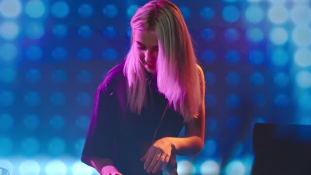 DJ-mujer-jugando-Barajas-en-club-nocturno