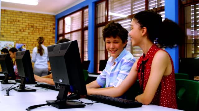 Studenten-mit-Computer-miteinander-interagieren