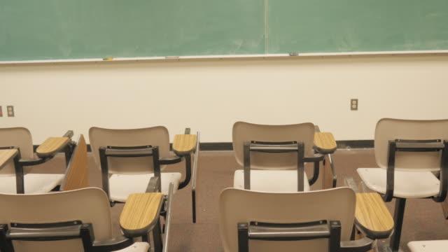 Empuje-hacia-la-pizarra-en-el-aula-vacía