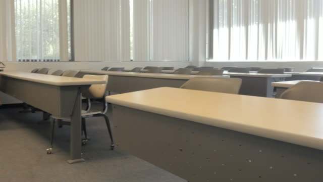 Escritorio-vacío-en-el-salón-de-actos-del-Colegio