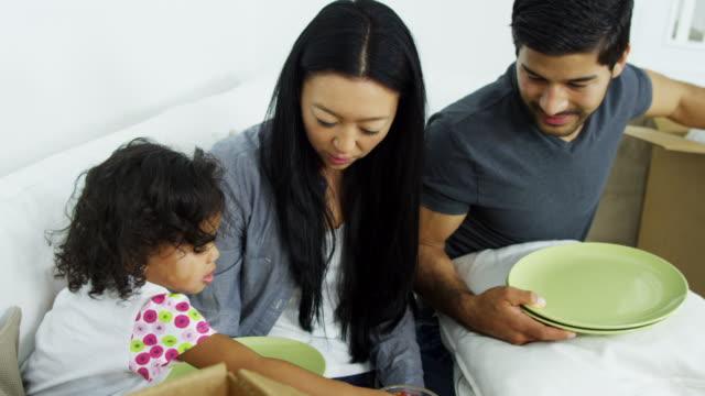 Familia-China-Asia-relajante-después-de-casa-mueva-Desembalaje