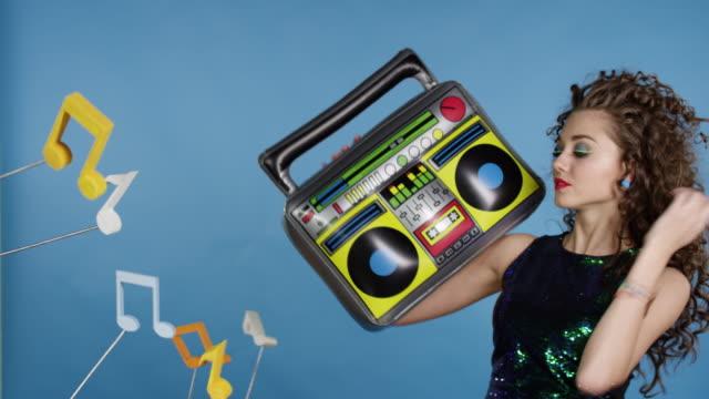 Mujer-con-grabadora-disfrutando-de-la-música
