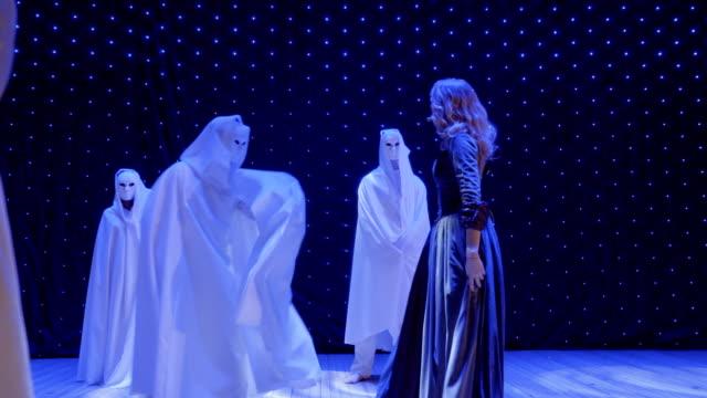 Hermosa-mujer-con-vestido-largo-canto-en-la-escena-en-el-teatro