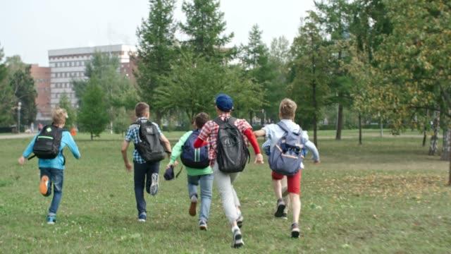Chicos-corriendo-a-la-escuela