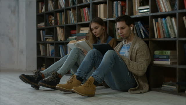 Estudiantes-después-de-clases-en-la-biblioteca