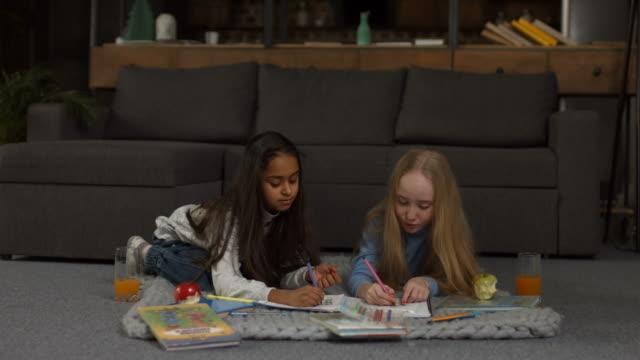 Niedliche-kleine-Mädchen-malen-Malbuch-mit-Markern