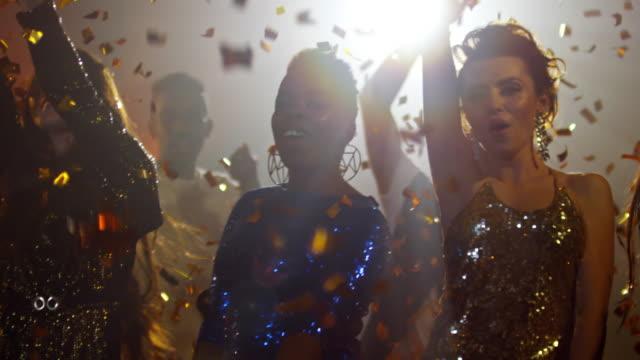 Seis-mujeres-de-fiestas-en-lentejuelas-vestidos