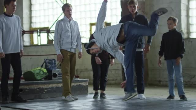 Adolescente-en-Handstand