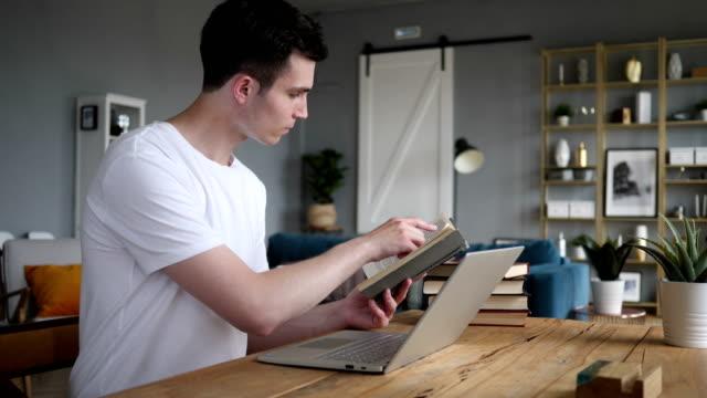Libro-de-lectura-joven-y-trabajo-en-equipo-portátil