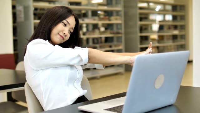 4K-lenta:-retrato-de-una-muchacha-estudiante-asiática-hermosa-sueño-con-portátil-en-la-biblioteca