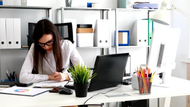 empresaria-llenar-documentos-y-trabajando-en-equipo-portátil-en-la-oficina-moderna