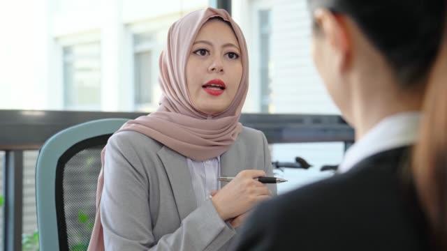 Geschäftsleute-die-mit-dem-Job-interview