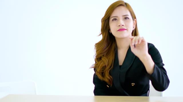 gestionar-inteligente-hermosa-mujer-asiática-y-pantalla-de-control-en-el-aire-para-añadir-a-su-pantalla-de-monitor