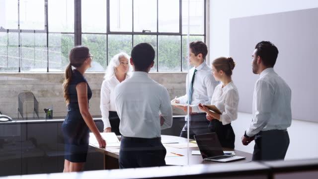 Chefin-hält-eine-Brainstorming-Sitzung-in-einem-modernen-Büro