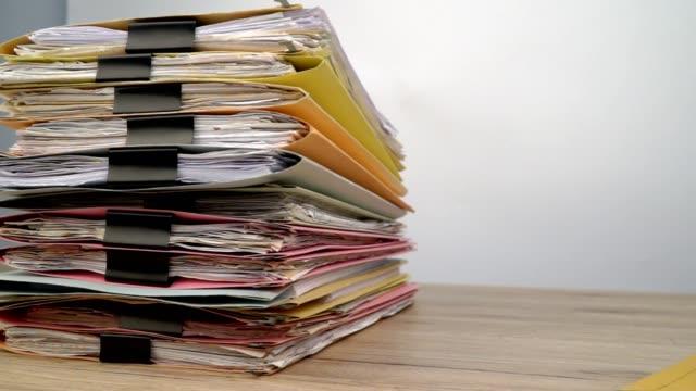 Documento-colocado-en-el-escritorio-de-oficina-