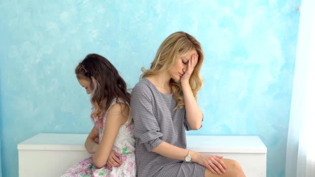 Mutter-und-Tochter-sitzen-Rücken-an-Rücken-nebeneinander-nicht-reden-Konflikt-