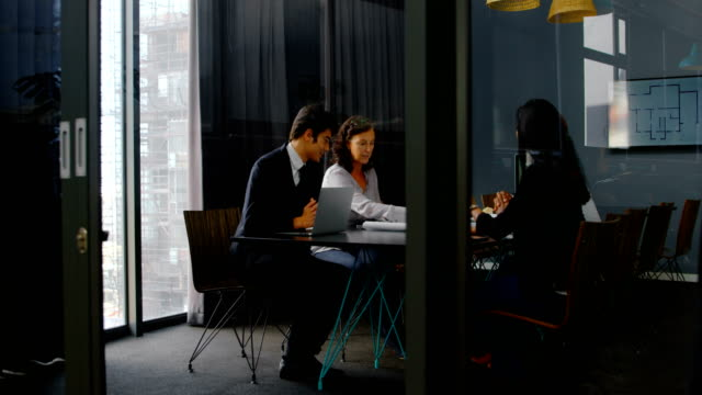 Business-executives-discussing-in-conference-room-4k