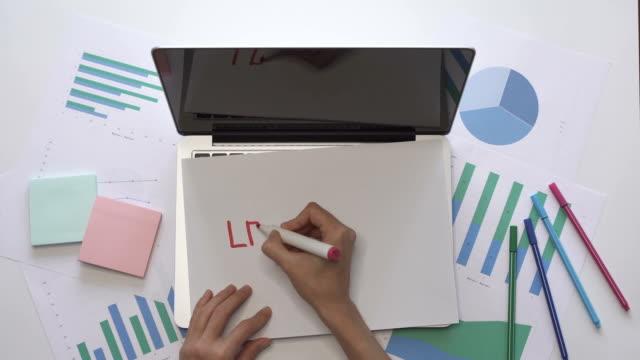Concepto-de-negocio-Mujer-escriba-liderazgo-sobre-un-pedazo-de-papel-situado-en-la-computadora-portátil-