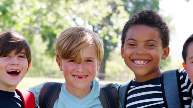 Retrato-de-grupo-de-chicos-con-sus-amigos-en-el-Parque-filmada-en-cámara-lenta