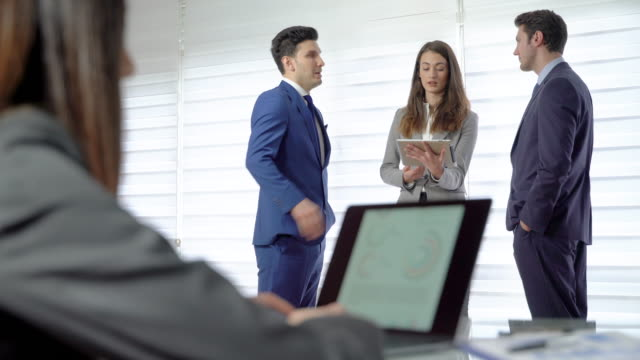 Gruppe-Geschäftsleute-sprechen