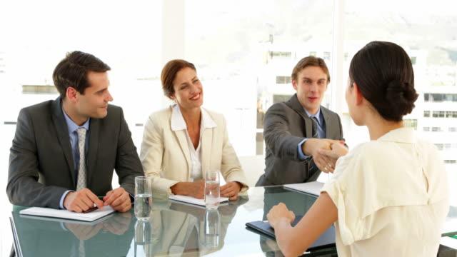 Feliz-empresaria-en-una-entrevista-y-ofrece-la-tarea