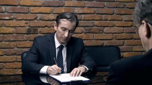 Empresarios-firma-de-contratos-y-estrechar-las-manos