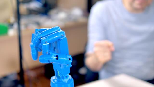 Un-brazo-bionic-azul-plástico-mueve-sus-dedos-