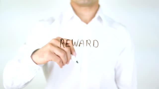 Recompensa-hombre-escribiendo-sobre-el-vidrio