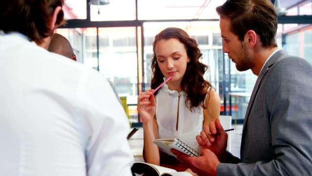 Geschäftsleute-die-Interaktion-mit-einander-treffen