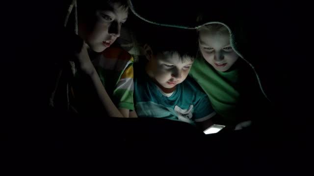 Kinder-spielen-in-der-Tablette-aus-dem-Nähkästchen