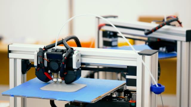 Industrial-3D-Printing-The-impresora-imprime-piezas-de-un-prototipo-3D-modelada-en-la-computadora-Capa-por-capa-para-crear-la-muestra-de-material-compuesto-