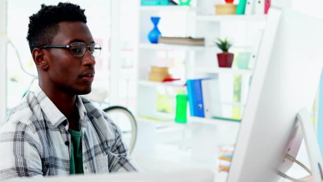 Ejecutivo-trabaja-en-equipo-en-oficina-4k