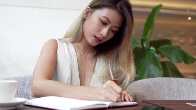 Estudiante-asiático-aprender-el-idioma-inglés