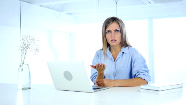Mujer-enojada-frustrada-gritar-en-el-trabajo-volviendo-loco