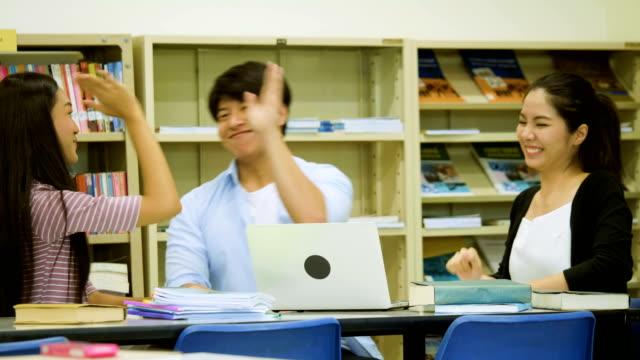 Tres-estudiantes-ven-felizes-después-de-terminar-su-proyecto