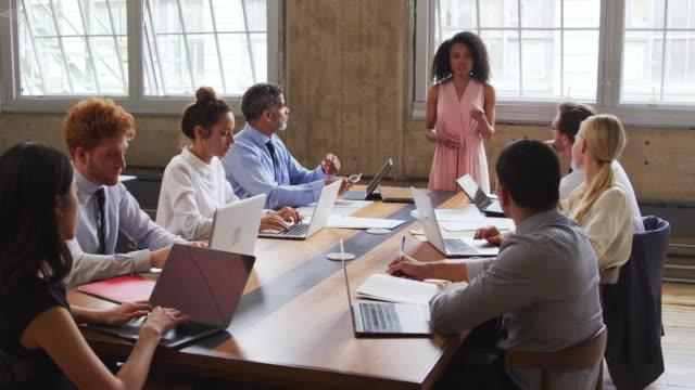 Schwarzen-Chefin-führt-eine-Vorstandssitzung