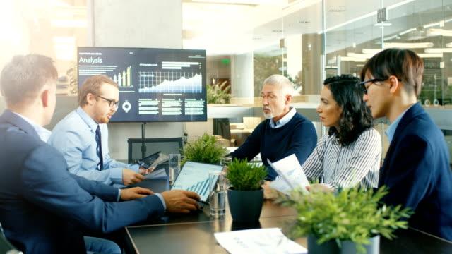Team-von-Smart-und-seriöse-Geschäftsleute-im-Konferenzraum-arbeiten-sie-für-Wachstum-und-Entwicklung-Heterogene-Gruppe-von-gemischter-ethnischer-Herkunft-und-Geschlecht-in-der-modernen-Gebäude-