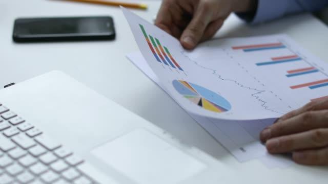 trámites---hombre-analizar-informes-financieros-en-la-oficina
