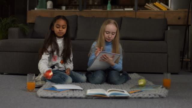 Multi-ethnischen-kleine-Freundinnen-Hausaufgaben