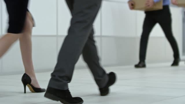 Beine-von-Büroangestellten-zu-Fuß-mit-Boxen