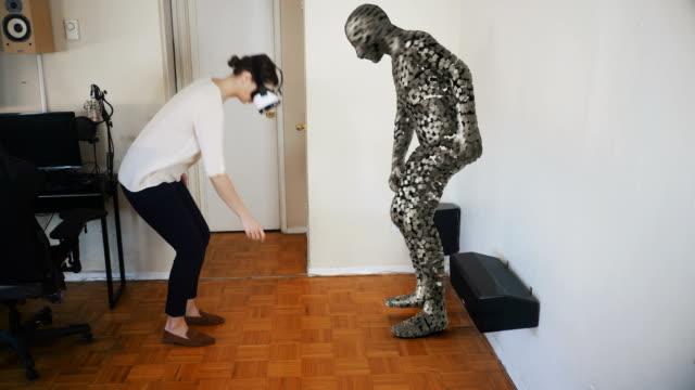Mujer-recoge-un-objeto-en-la-realidad-virtual-