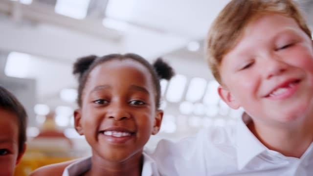 Mano-toma-panorámica-de-sonrientes-niños-en-edad-escolar-de-cerca