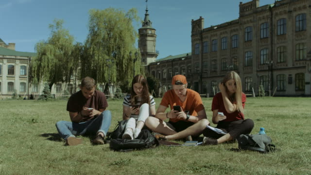Students-with-cellphones-ignoring-each-other